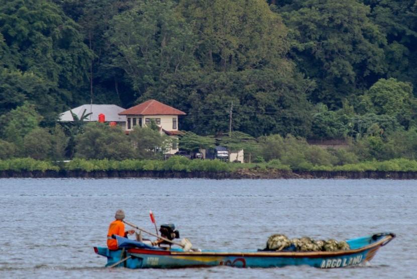 Lokasi Lapangan Tembak Tunggal Panaluan, yang akan digunakan untuk pelaksanaan eksekusi mati tahap III di Pulau Nusakambangan, terlihat dari dermaga penyeberangan Wijayapura, Cilacap, Jateng, Rabu (27/7).