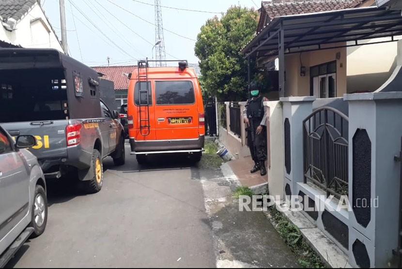 Lokasi penggledahan rumah oleh Densus 88 di Perum Mitra Batik Kota Tasikmalaya Jawa Barat, Jumat (18/5). Diduga pemilik rumah terkait jaringan terorisme.