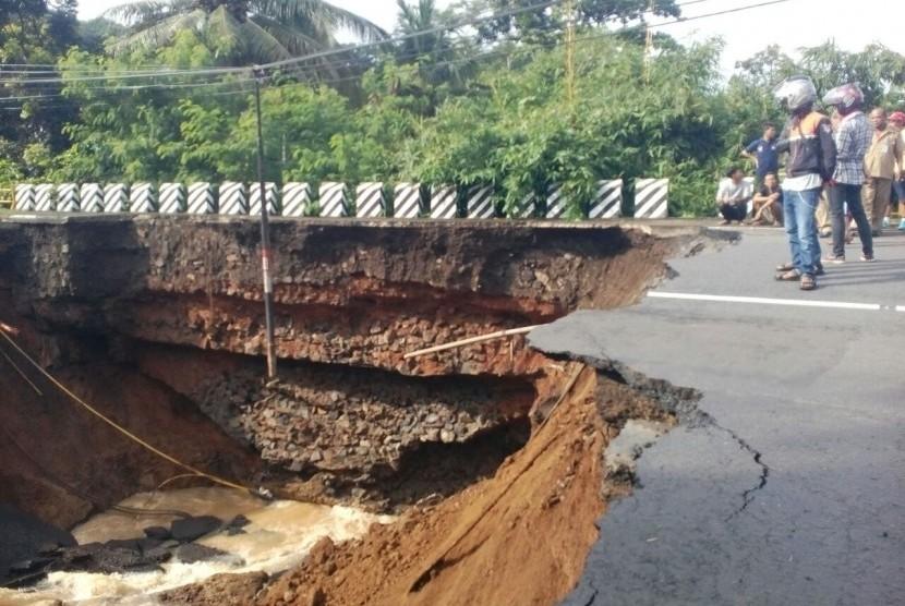Longsor akibat banjir di Pangandaran.