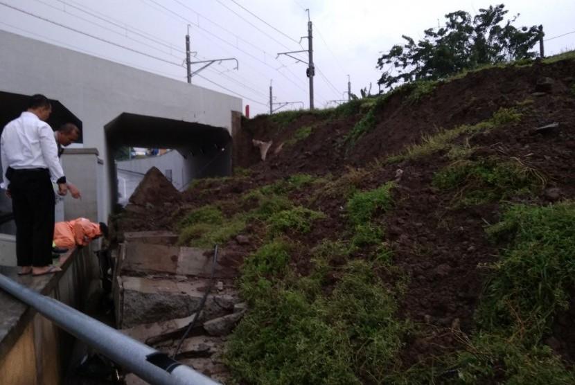 Longsor di underpass KA Jalan Perimeter Selatan Bandara Soerkarno-Hatta arah Tangerang, Banten, Senin (5/2).