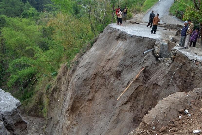 Hujan Deras, Longsor Terjadi di Dua Desa di Garut