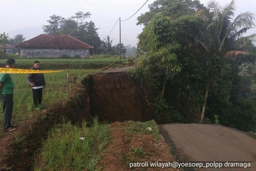 Longsor susulan terjadi di Desa Neglasari, Kampung Baru, Kecamatan Dramaga pada Ahad (15/4) pagi menyebabkan jalan terputus. Sebelumnya longsor terjadi pada Sabtu (7/4) pukul 22:00 WIB.