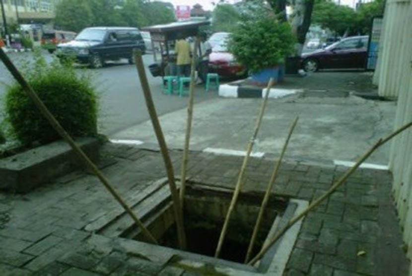 Lubang membahayakan di trotoar membahayakan pejalan kaki (ilustrasi)