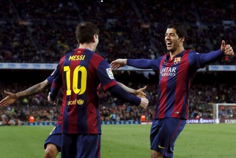 Luis Suarez (kanan) merayakan gol bersama Lionel Messi
