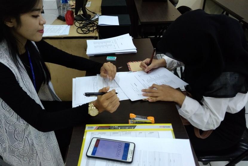 Lulusan AMIK BSI Bekasi melaksanakan proses tes seleksi pada kegiatan kampus rekrutmen.
