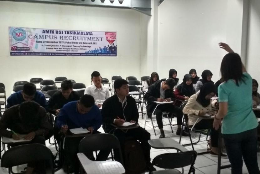 Lulusan AMIK BSI Tasikmalaya mengikuti arahan sebelum mengikuti kegiatan campus recruitment  yang diselenggarakan oleh PT Sayap Mas Utama.