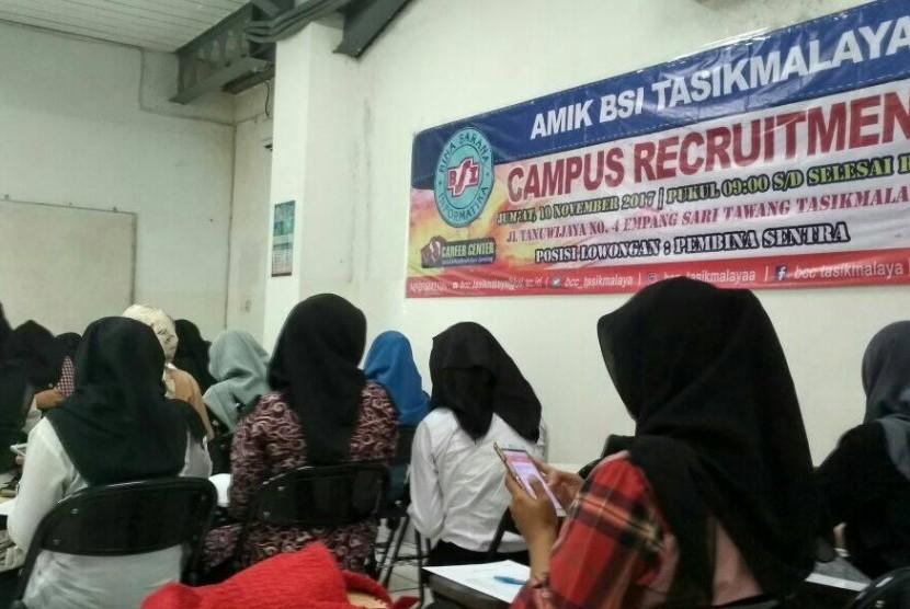 Lulusan AMIK BSI Tasikmalaya  mengikuti campus recruitment BTPN Syariah.