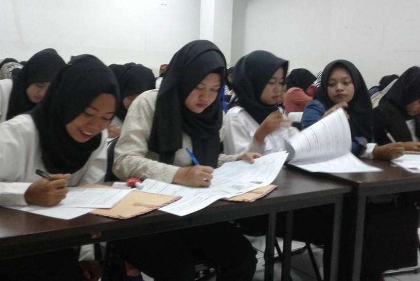 Lulusan AMIK BSI Tasikmalaya mengikuti proses rekrutmen karyawan Bank BTPN Syariah Kota  Tasikmalaya.