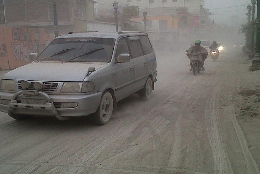 Suasana Jalan Profesor Yohanes Sagan di Sleman, Yogyakarta, Jumat (14/2), yang dipenuhi debu vulkanis letusan Gunung Kelud.  (Republika/Nur Aini)