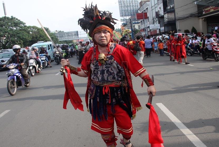 Warga keturunan Tionghoa mengikuti pawai Cap Go Meh di jalan Gajah Mada, Jakarta Pusat, Jumat (14/2).  (Republika/Yasin Habibi)