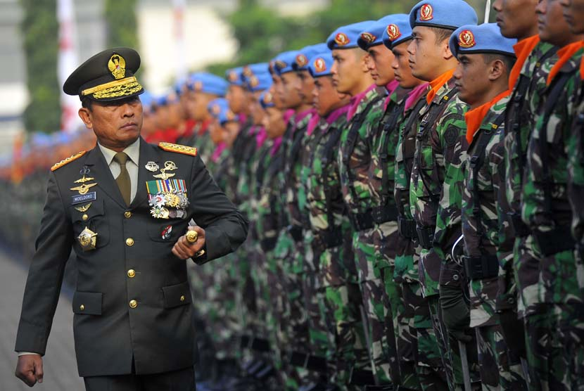 Panglima TNI Jendral TNI Moeldoko memeriksa pasukan Paspampres di Mako Paspampres Tanah Abang, Jakarta, Senin (3/3). (Antara/Wahyu Putro)