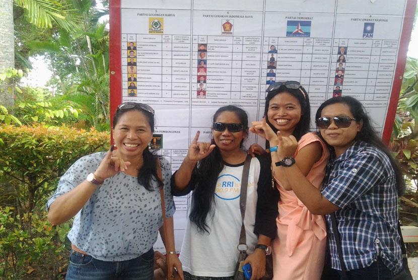 Sejumlah Warga Negara Indonesia di Singapura menunjukkan tinta di jari usai menggunakan hak suaranya dalam Pemilu 2014 yang dilangsungkan di KBRI Singapura, Ahad (6/4). (Antara/Yuniati Jannatun Naim)