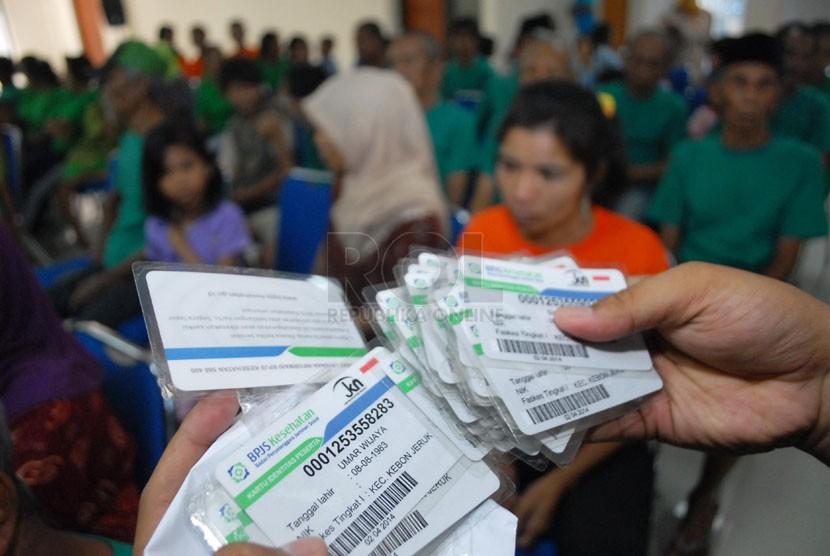 warga binaan Sosial (WBS) menunjukkan kartu BPJS miliknya pada acara penyerahan kartu BPJS Kesehatan di Panti Sosial Bina Insan Bangun Daya 2, Cipayung, Jakarta Timur, Kamis (24/4).  (Republika/Rakhmawaty La'lang)
