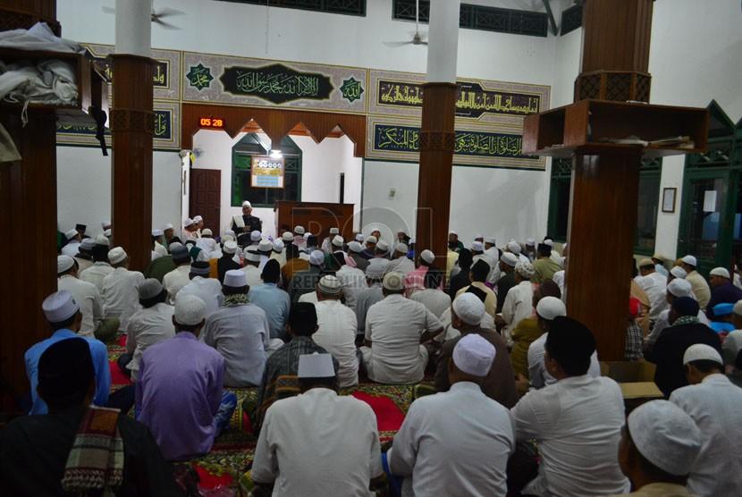 Ratusan Jamaah bersiap untuk melakukan shalat Subuh gabungan di masjid Fajar Baitullah, Puri Citayam Permai,Rawapanjang,Bojonggede,Bogor,Ahad (27/4). (Republika/Musiron)