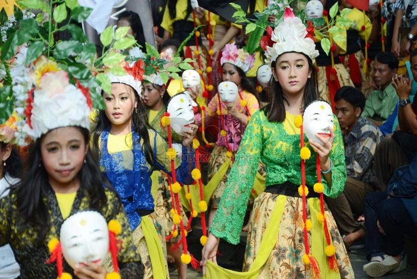 Penampilan para penari anak-anak dalam tari kolosal 'Tranformasi Panji' pada Gunungan International Mask and Puppetes Festival di Bale Pare, Kota Baru Parahyangan, Padalarang, Kabupaten Bandung Barat, Ahad (25/5). (Republika/Edi Yusuf)