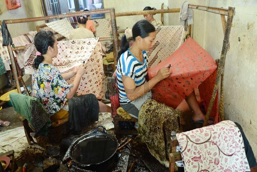 Sejumlah pekerja membuat batik tulis khas Paoman, pada acara Familiarization Tour di Kabupaten Indramayu, Rabu (25/6). (Republika/Edi Yusuf)