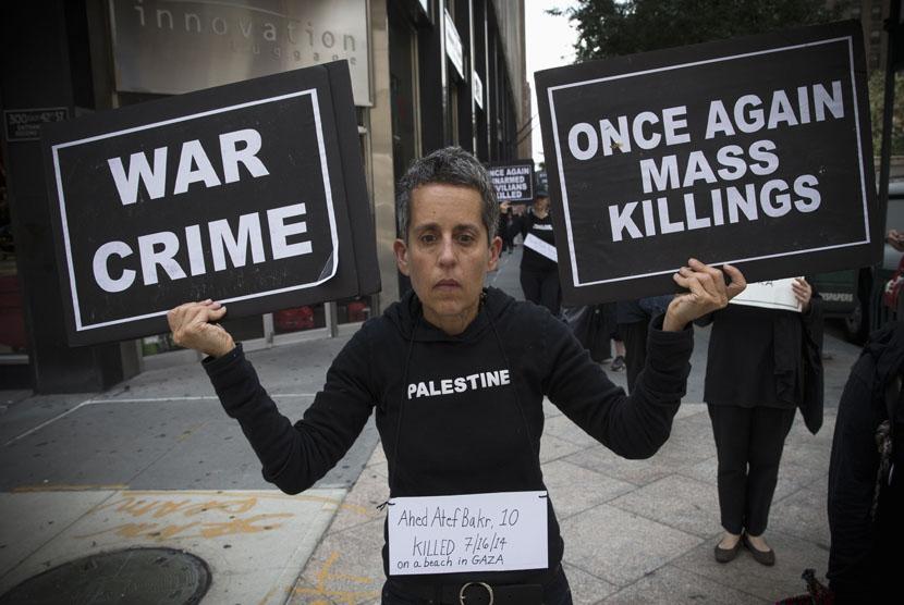 Sejumlah aktivis berunjuk rasa di New York,Kamis (31/7), menentang aksi pemboman Israel ke wilayah pemukiman penduduk sipil di Jalur Gaza.