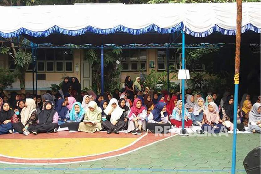 Madrasah Muallimaat Muhammadiyah Yogyakarta menyelenggarakan pentas budaya di halaman Madrasah Muallimaat Muhammadiyah, Rabu (13/12).