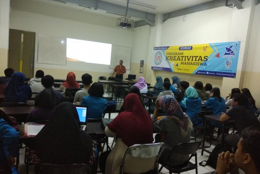 Mahasiswa AMIK BSI Bekasi antusias mengikuti seminar Program  Kreativitas Mahasiswa.