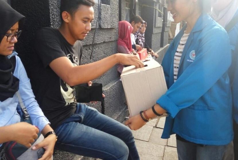 Mahasiswa AMIK BSI Jakarta melakukan penggalangan dana untuk membantu korban banjir dan tanah longsor di Yogyakarta.