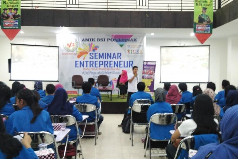 Mahasiswa AMIK BSI Pontianak mengikuti seminar kewirausahaan.