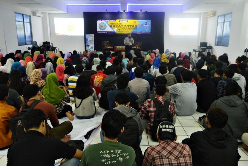 Mahasiswa AMIK BSI Purwokerto antusias mengikuti semina Program Kreativitas Mahasiswa (PKM).