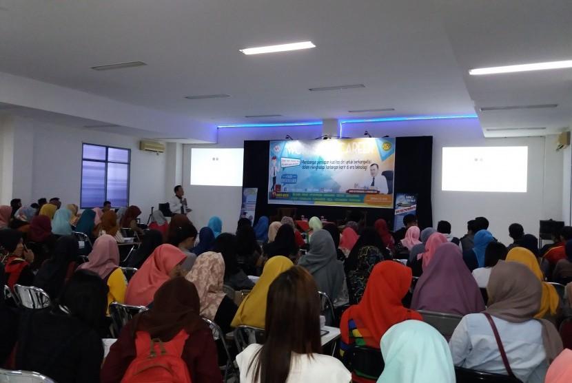 Mahasiswa AMIK BSI Purwokerto menghadiri seminar pembekalan karir, Kamis (24/11/2016).