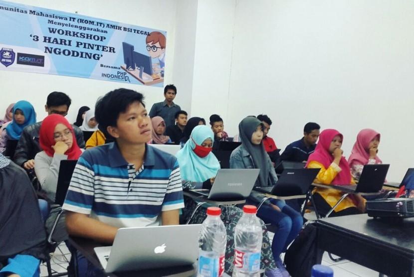 Mahasiswa AMIK BSI Tegal antuasias mengikuti workshop mengenai pemrograman.