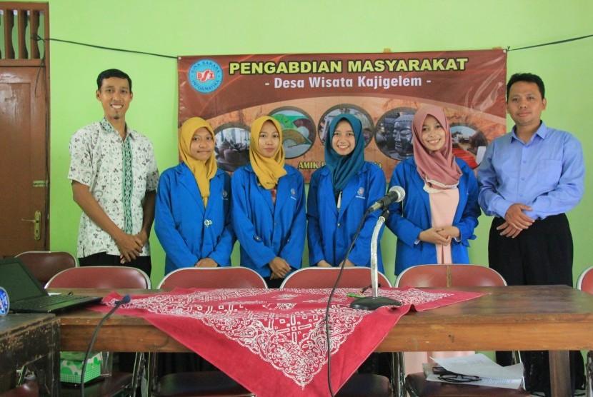 Mahasiswa AMIK BSI Yogyakarta melakukan pengabdian masyarakat di Desa Wisata Kajigelem, Yogyakarta.