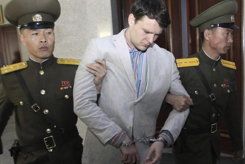 Mahasiswa AS Otto Warmbier saat dikawal dari MA Pyongyang di Korsel.