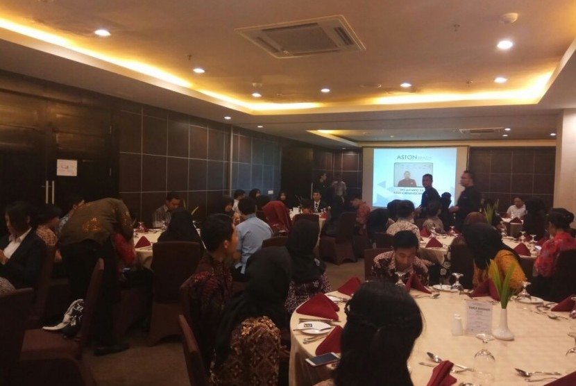 Mahasiswa ASM BSI Bandung antusias mendengarkan penjelasan mengenai table manner.