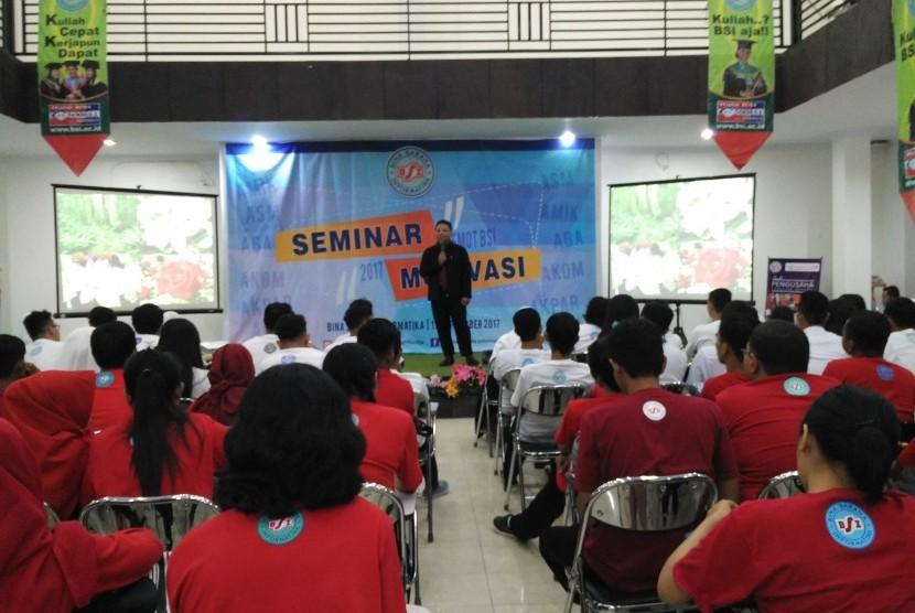Mahasiswa baru AMIK BSI Pontianak antusias  mengikuti Orienstasi Akademik (Ormkik) dan Seminar Motivasi (Semot)  2017.