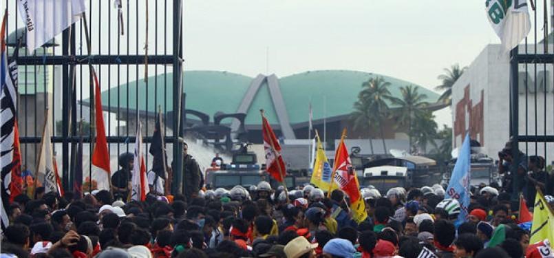 Mahasiswa dan buruh dari berbagai aliansi menggelar aksi demonstrasi menolak kenaikan harga Bahan Bakar Minyak (BBM) di depan Kompleks Parlemen Senayan, Jakarta, Jumat (30/3).