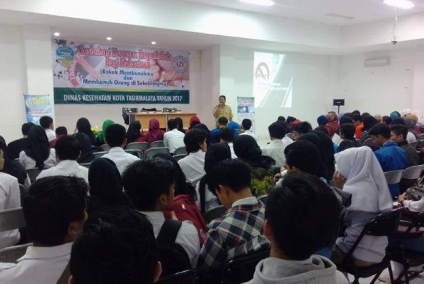 Mahasiswa dari berbagai perguruan tinggi di Tasikmalaya mengikuti sosialisasi Kawasan Tanpa Rokok.