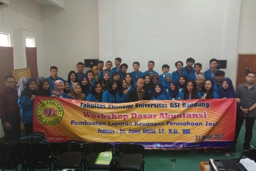 Mahasiswa FE Universitas BSI Bandung bersama pembicara pelatihan akuntansi dasar.