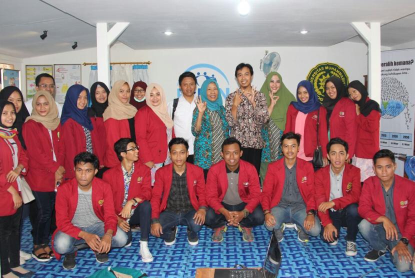 Mahasiswa-mahasiswi KKN UMY melakukan renovasi Rumah Data Kependudukan di Bantul, Yogyakarta.