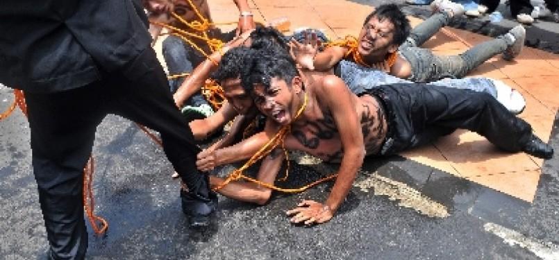 Mahasiswa melakukan aksi demonstrasi penolakan kenaikan Bahan Bakar Minyak (BBM) dengan menggelar aksi teatrikal yang mengisahkan tentang penderitaan rakyat.