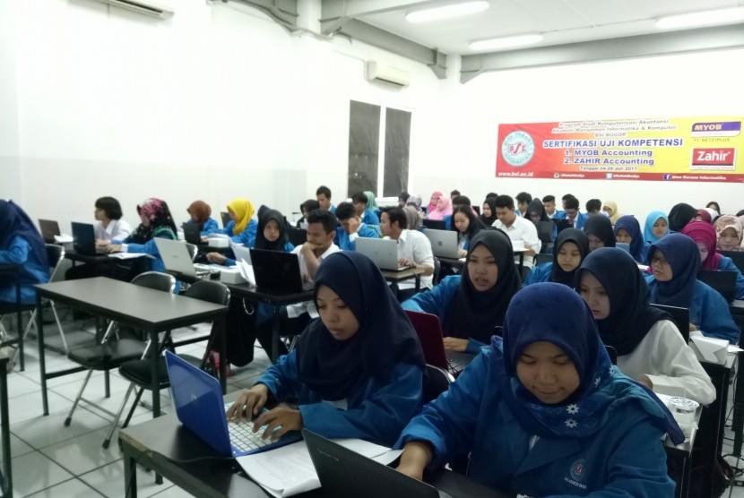 Mahasiswa Prodi KA AMIK BSI Bogor mengikuti Sertifikasi Zahir Accounting.