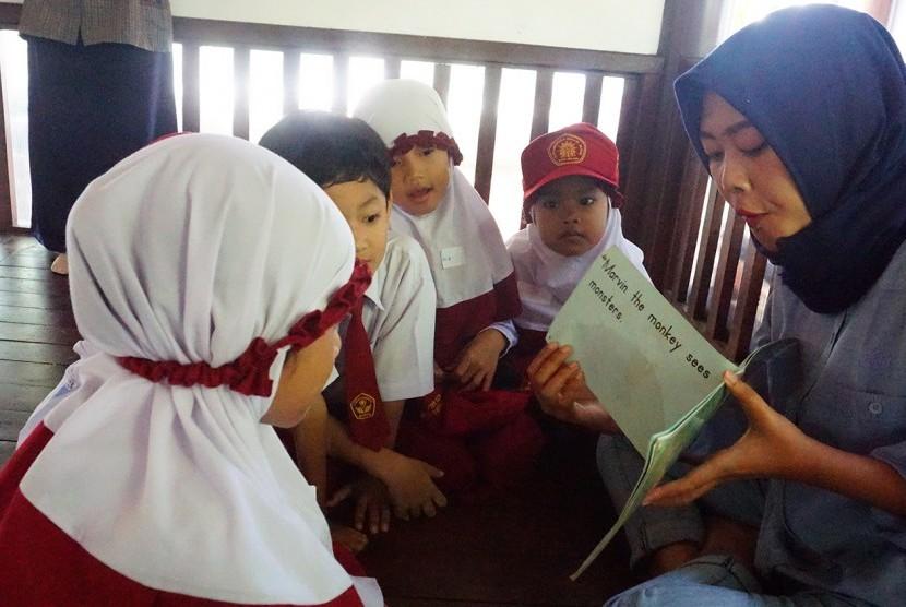 Mahasiswa Prodi Pendidikan Bahasa Inggris UMM membacakan cerita.