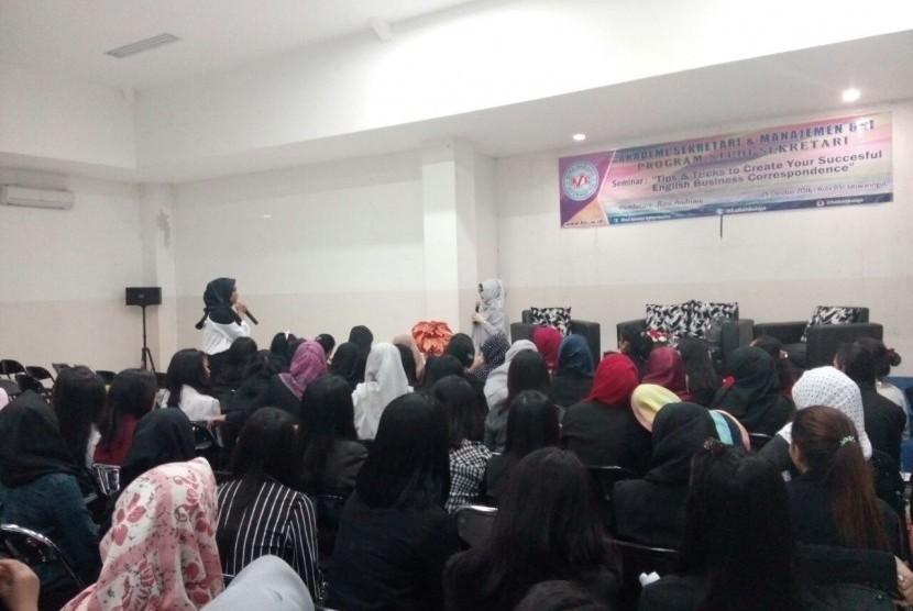 Mahasiswa Sekretaris ASM BSI mengikuti seminar tentang kecakapan membuat surat-menyurat dalam bahasa Inggris.