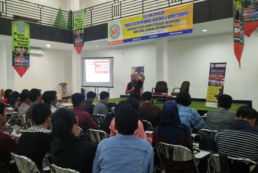 Mahasiswa semester enam Program Studi Akuntansi AMIK BSI Pontianak menerima pembekalan karir dan profesi  di bidang sistem informasi akuntansi.