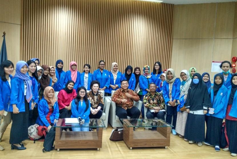 Mahasiswa semester lima AMIK BSI Jakarta bersama pembicara di seminar karir AMIK BSI Jakarta dan CEDS UI.