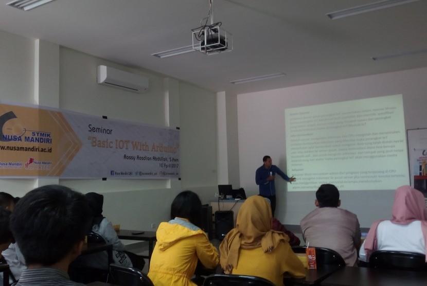 Mahasiswa STMIK Nusa Mandiri  Sukabumi mendapatkan pembekalan mengenai konsep Internet of Thing (IoT).