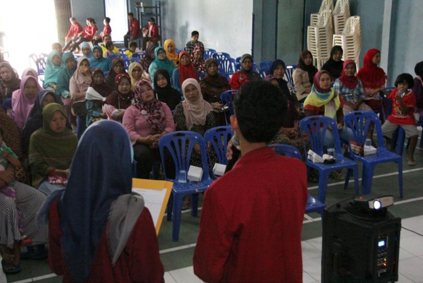 Mahasiswa UMY memberikan penyuluhan wirausaha kepada warga.