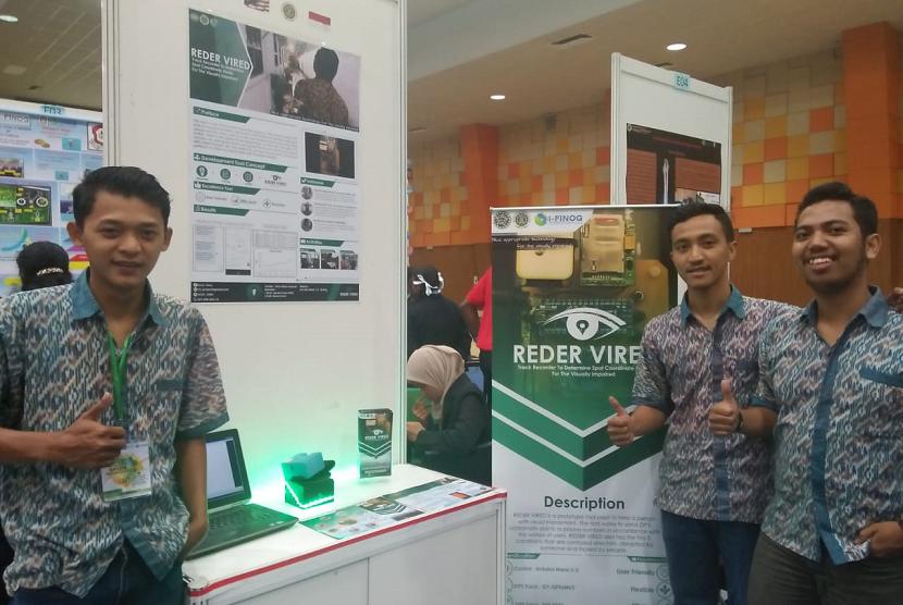 Mahasiswa Universitas Ahmad Dahlan (UAD) yang menciptakan prototipe alat meminta pertolongan bagi disabilitas netra.  Nantinya, prototipe itu akan mampu memberi sinyal pertolongan lengkap dengan GPS lokasi para disabilitas netra kepada keluarga.