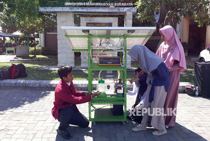 Mahasiswa Universitas Muhammadiyah Surabaya, Mohammad Zainal Abidin, membuat inovasi alat pengolah air laut menjadi garam dan air tawar yang bertenaga surya.