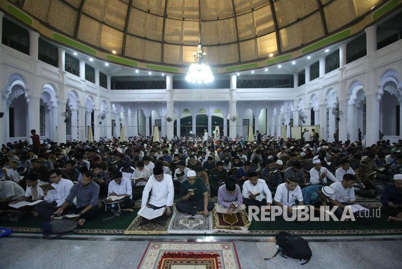 Mahasiswa mengikuti khatam al quran bersama dalam program Kampus Nusantara Mengaji (Ilustrasi)