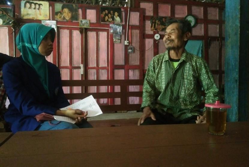 Mahasiswa UNY sedang mewawancarai tokoh adat  di Kampung Tujuh.