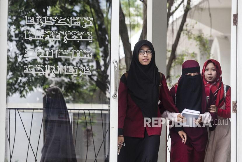 Mahasiswi Universitas Islam Negeri (UIN) Sunan Kalijaga Yogyakarta yang mengenakan cadar berada di kawasan kampus UIN Sunan Kalijaga, Sleman, Yogyakarta, Kamis (8/3).