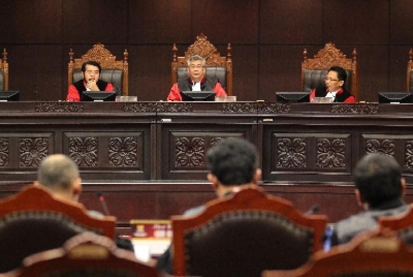 Majelis Hakim Mahkahmah Konstitusi (MK) saat menggelar sidang uji materi di MK.